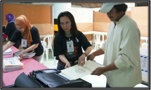 Fellow OFW Absentee Voters during the first day of automated elections for OAV 2013