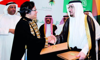 Philippine Labor Secretary Rosalinda Dimapilis-Baldoz and Saudi Deputy Labor Minister Mufarrej bin Saad Al-Haqbani exchange documents after signing the labor agreement. (AN photo)